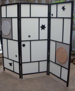 """Les éléments étoilés sont réalisés dans un matériau constitué de pâte à papier, de plâtre et de pigments. montés sur chassis et toile de lin pour """"lune"""" et """"soleil""""."""